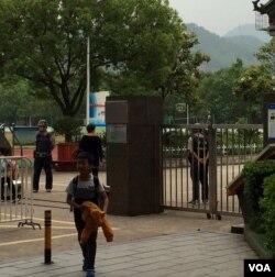 中国一小学校放学时有警察穿防弹背心护卫。(美国之音叶兵拍摄)