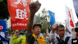 Người biểu tình chống lại dự luật an ninh cho phép mở rộng vai trò của quân đội Nhật hôm 16/7/2015.