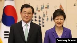 한국 국정원장에 내정된 이병기 주일대사가 지난해 5월 청와대에서 신임장 수여식을 마친 뒤 박근혜 대통령과 기념촬영하고 있다. (자료사진)