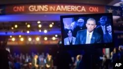 Barack Obama évoque à la télévision le problème des armes à feu en Amérique, lors d'une réunion citoyenne à George Mason University, Fairfax, Virginie.