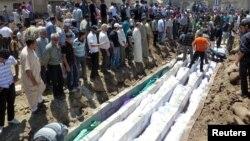 مراسم تدفین دسته جمعی قربانیان کشتار حوله