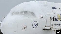 یورپ:خراب موسم سے ہزاروں مسافر ہوائی اڈوں میں پھنس کر رہ گئے