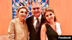 یاسمین پهلوی در کنار همسرش شاهزاده رضا پهلوی و شهبانو فرح پهلوی
