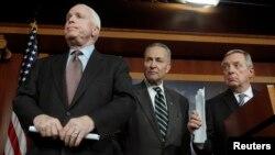 រូបឯកសារ៖ សមាជិកព្រឹទ្ធសភាលោក John McCain (ឆ្វេង) សមាជិកព្រឹទ្ធសភាលោក Charles Schumer (កណ្តាល) និងសមាជិកព្រឹទ្ធសភាលោក Richard Durbin (ស្តាំ)នៅក្នុងសន្និសីទកាសែតមួយនៅវិមានសភាអាមេរិកកាលពីឆ្នាំ២០១៣។