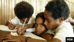 Anak-anak sekolah dasar di desa Taroi, Bintuni Bay, Papua (foto: dok). HIV/AIDS mulai diajarkan dari SD hingga SMA.