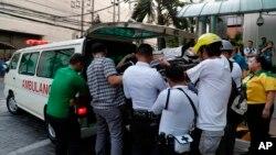 امدادگران در حال کمک به آسیبدیدگان زمینلرزه روز دوشنبه در فیلیپین