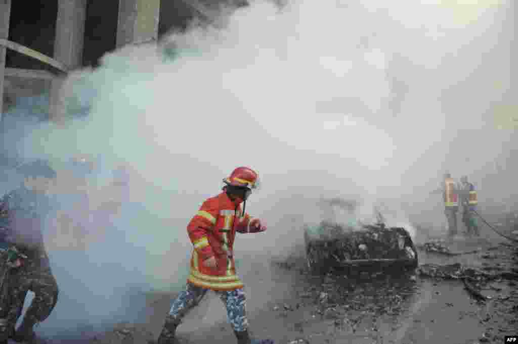 Pasukan keamanan Lebanon dan anggota pemadam kebakaran memeriksa lokasi kejadian ledakan bom mobil yang mengguncang pusat kota Beirut. Ledakan besar itu menewaskan Mohamed Chatah (Shatah), mantan Menteri Keuangan dan penasihat mantan PM Lebanon Saad Hariri serta mengakibatkan setidaknya lima orang tewas dan belasan luka-luka.