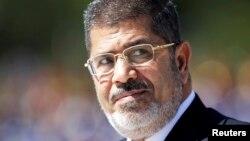 Muhammad Mursiy va uning safdoshlariga mamlakat bo'ylab harakatlatish taqiqlab qo'yildi.