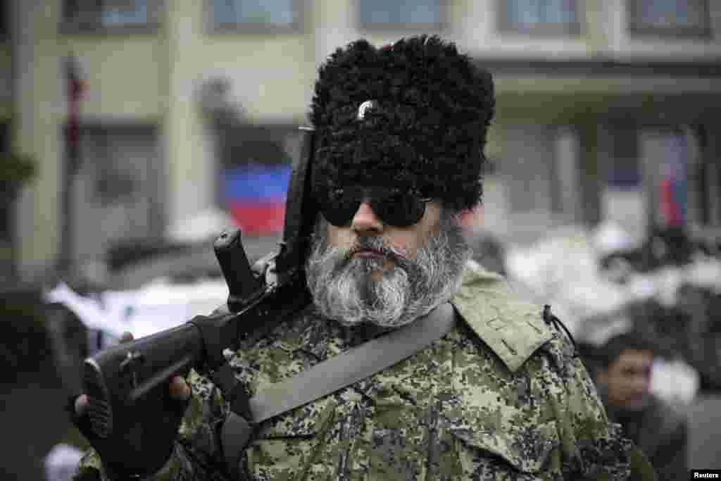 Một tay súng thân Nga canh gác bên ngoài tòa nhà chính phủ bị các phần tử hiếu chiến thân Nga chiếm đóng ở Kramatorsk, miền đông Ukraine, ngày 22/4/2014.