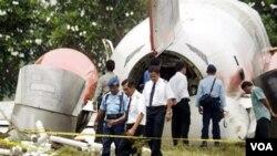 Petugas melakukan penyelidikan kecelakaan pesawat Lion Air di Solo, Jawa Tengah yang menewaskan 26 orang tahun 2004 silam. (Foto: file)