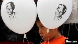 지난 달 18일,만델라 전 대통령 95회 생일을 맞아 그의 쾌유를 기원하는 풍선을 들고 있는 어린이 모습.