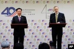 조셉 우 타이완 외무장관(왼쪽)과 윌리엄 브렌트 크리스텐슨 미국의 재타이완협회 처장이 19일 타이완 타이페이에서 공동기자회견을 열었다.