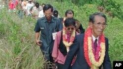 1996年5月21日,二战后躲入菲律宾丛林29年才出来投降的前日本老兵小野田宽郎重返故地,图为小野领着当地居民和菲律宾官员徒步跋涉,前往山顶的菲日友谊碑。