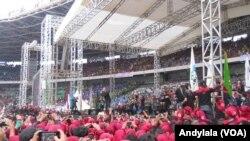 Musisi Ahmad Dani ikut memeriahkan peringatan hari buruh sedunia (May Day 2015) di Gelora Bung Karno Jakarta, 1 Mei 2015 (Foto: VOA/Andylala).