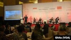 Para pembicara dalam acara Seminar Lima Tahun Kerjasama Strategis dan Komprehensif Indonesia-China di Hotel Mulia , Senayan, Jakarta, Selasa, 27 November 2018. (Foto: VOA/Ghita).