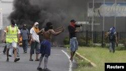 Cảnh sát dùng lựu đạn cay để giải tán những cuộc biểu tình ở Colon chống lại đạo luật cho phép mang ra bán số đất đai do nhà nước làm chủ trong khu mậu dịch tự do lớn nhất ở Mỹ châu La tinh.