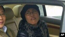 23일 가족의 재판에 참석하기 위해 베이징 화이러우 재판장에 나타난 류샤. 류샤는 가택연금중인 노벨 평화상 수상자 루샤바오의 아내이다.