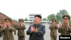Nhà lãnh đạo Bắc Triều Tiên Kim Jong Un và quân nhân của các đơn vị xây dựng