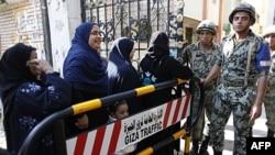 Phụ nữ Ai Cập xếp hàng chờ bỏ phiếu tại một phòng phiếu trong thủ đô Cairo