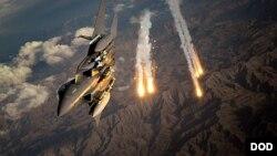 ایک امریکی طیارہ افغانستان میں طالبان کے ٹھکانوں کو نشانہ بنا رہا ہے۔