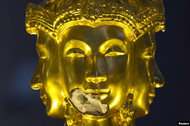 Bức tượng thần Brahma bị hư hại từ vụ nổ chết người tại đền Erawan ở Bangkok, Thái Lan, ngày 20 tháng 8, 2015.