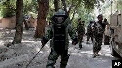 거리에서 지뢰를 찾는 아프간 보안군 (자료 사진)