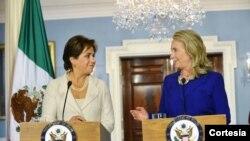 La secretaria de Estado de EE.UU., Hillary Clinton, entregó las declaraciones durante una rueda de prensa junto a la canciller mexicana Patricia Espinosa. [Foto: Departamento de Estado de EE.UU.]