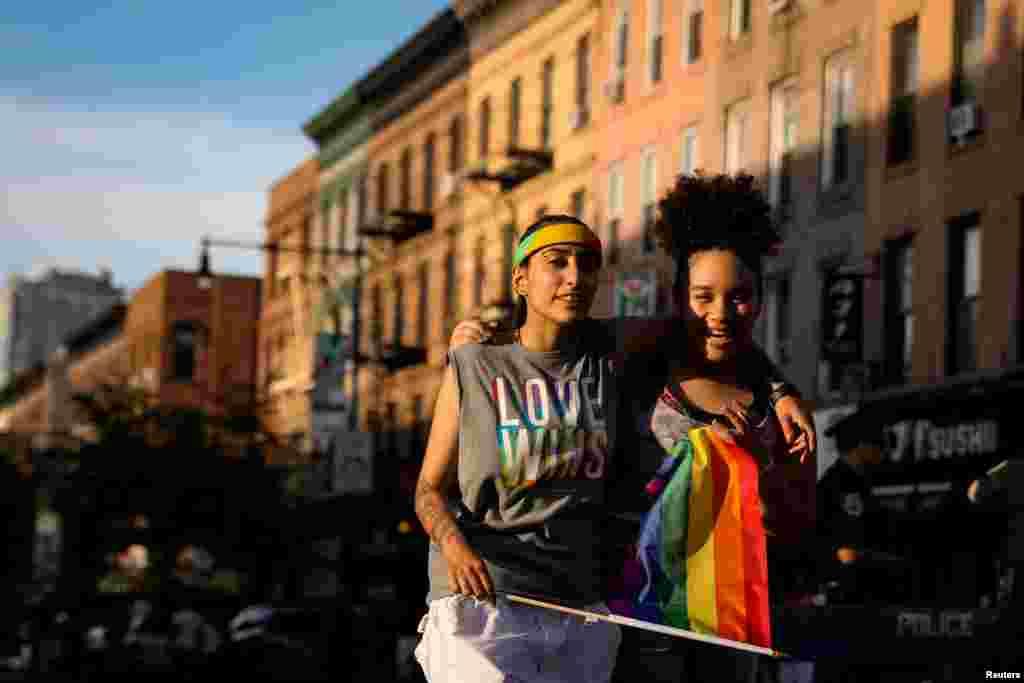 این دو نفر در رژه افتخار به دگرباشی جنسی در منطقه بروکلین شهر نیویورک. دگرباشان جنسی در ماه ژوئن که «ماه افتخار» نامیده می شود، با برگزاری رژه هایی در شهرهای مختلف، خواستار رفعتبعیض و خشونت نسبت به همجنسگرایان و دگرباشان جنسی می شوند.