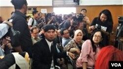 Musisi Ahmad Dhani (mengenakan blangkon) sebelum pembacaan vonis atas dirinya terkait kasus ujaran kebencian yang digelar Pengadilan Negeri Jakarta Selatan, Senin (28/1). (Foto: VOA/Fathiyah)