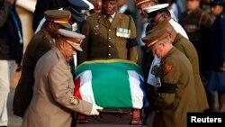 2013年2月13日,三天瞻仰遺容結束後,曼德拉的靈柩被抬出比勒陀利亞的聯合大廈