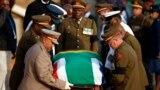 Akwatin Gawar tsohon shugaban Afirka ta kudu Nelson Mandela da aka lullube da tutar kasar.