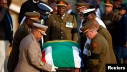 三天瞻仰遗容结束后,曼德拉的灵柩被抬出比勒陀利亚的联合大厦 2013年2月13日