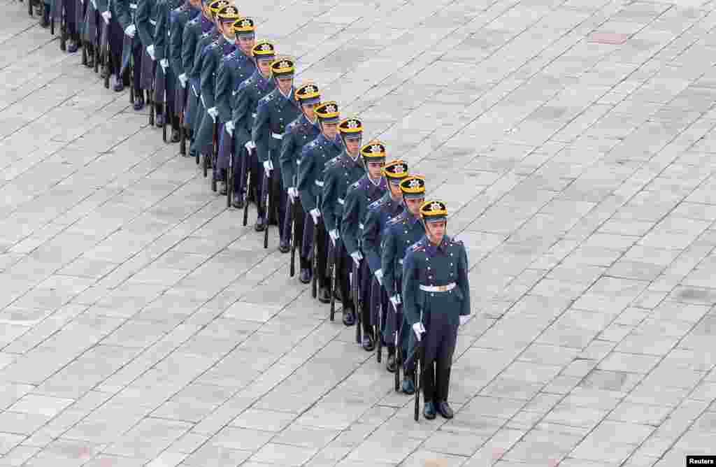 러시아 모스크바의 크렌림궁에서 근위병들이 위병 교대식에 참석했다.