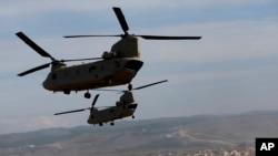 Máy bay trực thăng vận tải Chinook CH-47 bay qua một vùng chiến sự mô phỏng trong cuộc thao diễn quân sự của NATO tại Zaragoza, Tây Ban Nha, ngày 04/11/2015.