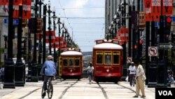 Dua trem sedang melintas Jalan Canal di New Orleans, negara bagian Louisiana.