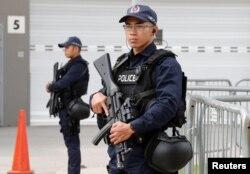 新加坡警察在新加坡的一家媒体中心守卫.