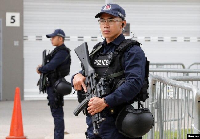 新加坡警察在新加坡的一家媒體中心守衛