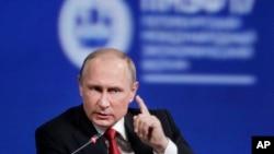 Presiden Rusia Vladimir Putin berbicara di St.Petersburg, Rusia, Jumat (2/6).
