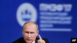 俄罗斯总统普京在圣彼得堡举行的国际经济论坛上讲话。(2017年6月2日)