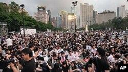 数以万计的民众出席六四烛光会