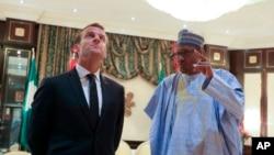 Le président français Emmanuel Macron, à gauche, écoutant son homologue nigérian Muhammadu Buhari à Abuja, le 3 juillet 2018.