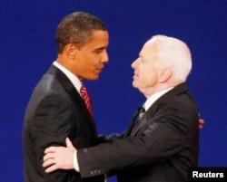 Prezidentliyə namizəd Con Makkeyn sonuncu seçki debatında rəqibi Barak Obamanı nəlini sıxır. Hofstra Universiteti, Hemsptead, Nyu York. 15 oktyabr, 2008. (REUTERS/Jim Young)