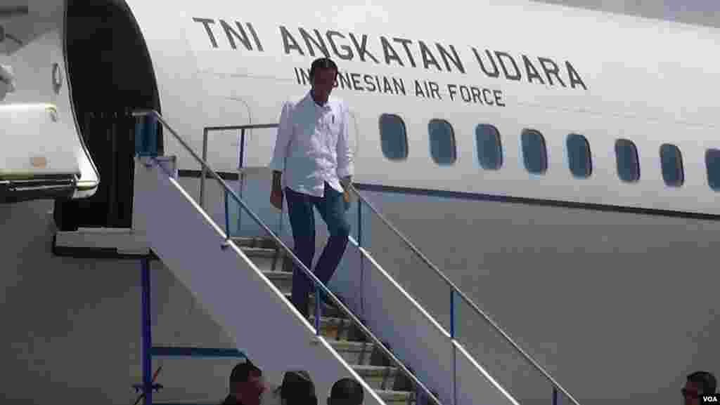 Indonesian President Joko Widodo disembarks from his plane to visit victims and emergency workers in the hard-hit city of Palu, his second trip to the island of Sulawesi since the earthquake and tsunami that killed more than 1,400 people last week, Oct. 3, 2018. (Y. Litha/VOA)