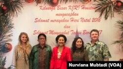 Konsul Jenderal RI di Houston Henk Edward Saroinsong dan Istri sebagai tuan rumah dalam open house acara Natal di Wisma Indonesia, Houston.