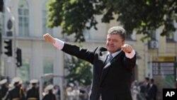 El presidente ucraniano, Petro Poroshenko, saluda a simpatizantes tras su investidura en la Plaza Sofía, en Kiev.