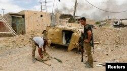 Dua tentara Irak di Mosul barat siap melakukan serangan terhadap militan ISIS, Selasa (16/5).