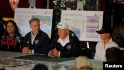 Президент США Дональд Трамп с супругой, губернатор Техаса Грег Эббот и исполняющая обязанности министра внутренней безопасности Элейн Дьюк. Корпус Кристи, штат Техас. 29 августа 2017 г.