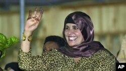 ນາງ Safiya Gadhafi, ພັນລະຍາຂອງທ່ານມວມມາ ກາດດາຟີ ຜູ້ນໍາລີເບຍພ້ອມດ້ວຍລູກເຕົ້າ ເດີນທາງໄປ ຮອດອາລຈີເຣຍໃນວັນຈັນ. ວັນທີ 30 ສິງຫາ 2011