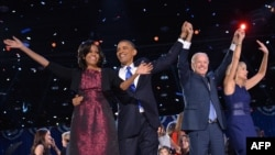 6일 밤 당선이 확정된 후 지지자들과 기쁨을 나누는 바락 오바마 미국 대통령 부부와 조 바이든 부통령 부부.
