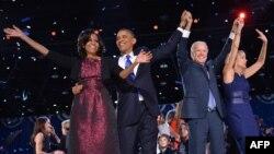 Tổng thống Mỹ Barack Obama, Đệ nhất phu nhân Michelle Obama, Phó Tổng thống Joe Biden và phu nhân Jill Biden trong đêm bầu cử ngày 6 tháng 11, 2012 tại Chicago, Illinois.
